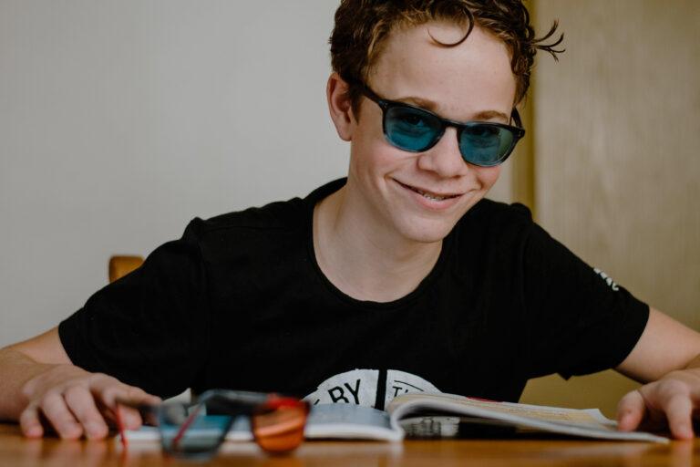 Met speciale bril kan Lars uit Sinderen beter lezen